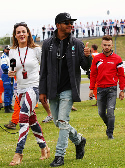 Lewis Hamilton, Mercedes AMG F1 ve Natalie Pinkham, Sky Sports Sunucusu geçit töreninde