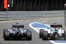 Льюис Хэмилтон, Mercedes AMG F1 Team и Фелипе Масса, Williams F1 Team во время пит-стопа