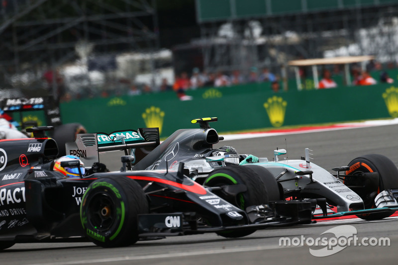 Фернандо Алонсо, McLaren MP4-30 и Нико Росберг, Mercedes AMG F1 W06