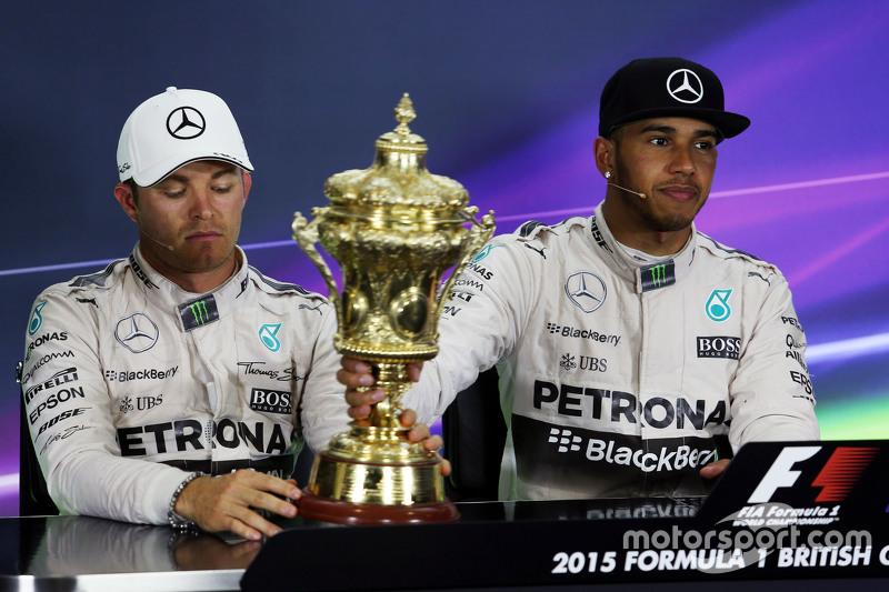 (Kiri ke Kanan): Second placed Nico Rosberg, Mercedes AMG F1 dengan trofi pemenang balapanr Lewis Ha
