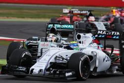 Льюис Хэмилтон, Mercedes AMG F1 W06 широко выходит из поворота пытаясь обойти Фелипе Массу, Williams