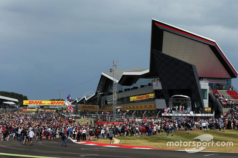 The podium,: Nico Rosberg, Mercedes AMG F1, second; Lewis Hamilton, Mercedes AMG F1, race winner; Se