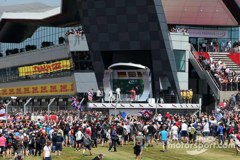 podium,: Nico Rosberg, Mercedes AMG F1, kedua; Lewis Hamilton, Mercedes AMG F1, juara balapan; Sebas
