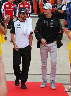 (Von links nach rechts): Fernando Alonso, McLaren, mit Nico Hülkenberg, Sahara Force India F1, bei der Fahrerparade