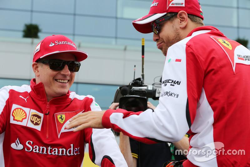 (Von links nach rechts): Kimi Räikkönen, Ferrari, mit Sebastian Vettel, Ferrari, bei der Fahrerparad