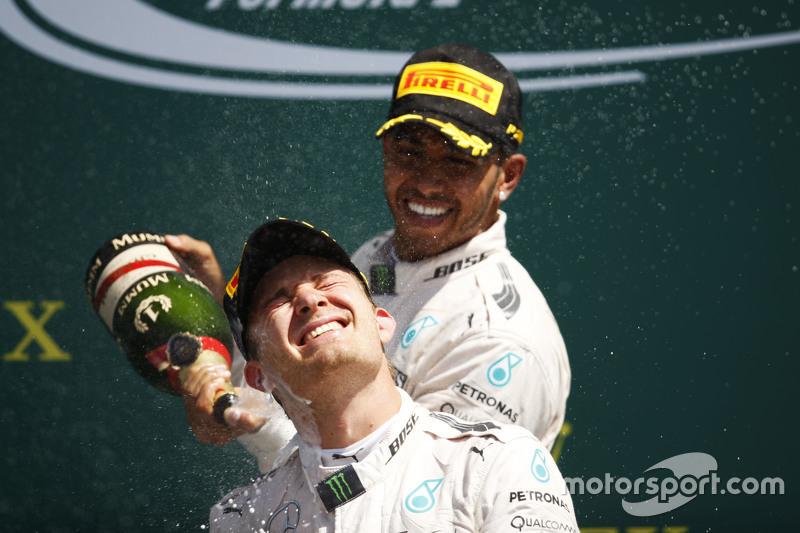 Juara balapan Lewis Hamilton, Mercedes AMG F1 merayakans di podium bersama rekan setim, Nico Rosberg