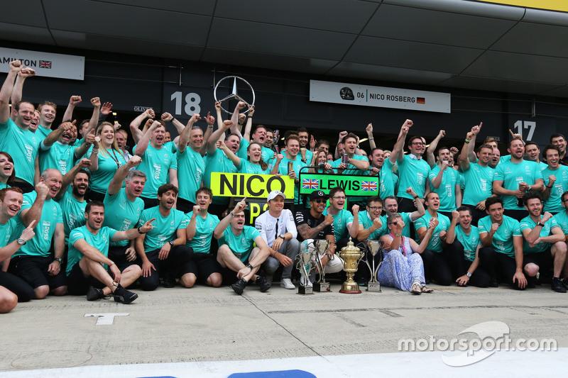 Juara balapan Lewis Hamilton, Mercedes AMG F1 merayakans bersama rekan setim, Nico Rosberg, Mercedes AMG F1, his mother Carmen Lockhart, dan  tim