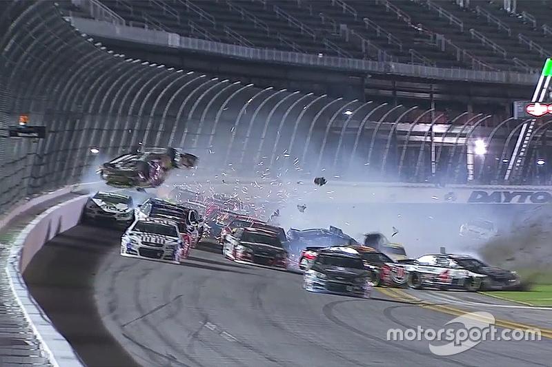 Austin Dillon, Richard Childress Racing Chevrolet menabrak pagar