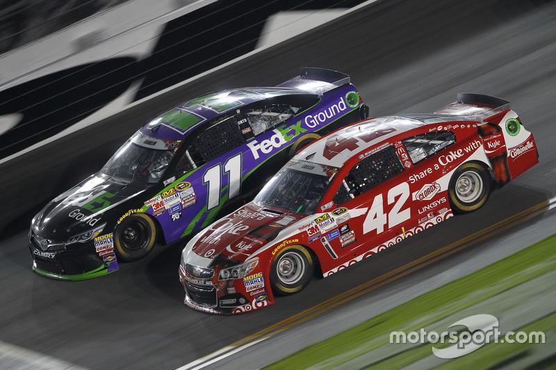 Denny Hamlin, Joe Gibbs Racing, Toyota, und Kyle Larson, Ganassi Racing, Chevrolet