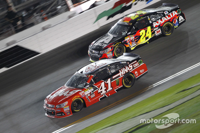Kurt Busch, Stewart-Haas Racing Chevrolet, dan Jeff Gordon, Hendrick Motorsports Chevrolet