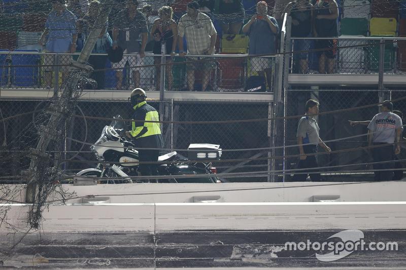 Lubang besar di pagar Daytona International Speedway