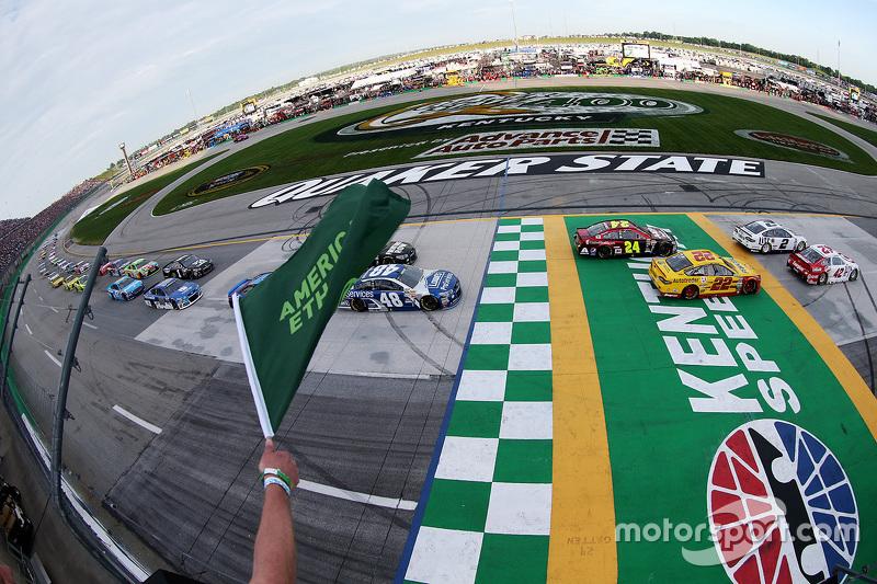 Start: Kyle Larson, Chip Ganassi Racing Chevrolet memimpin