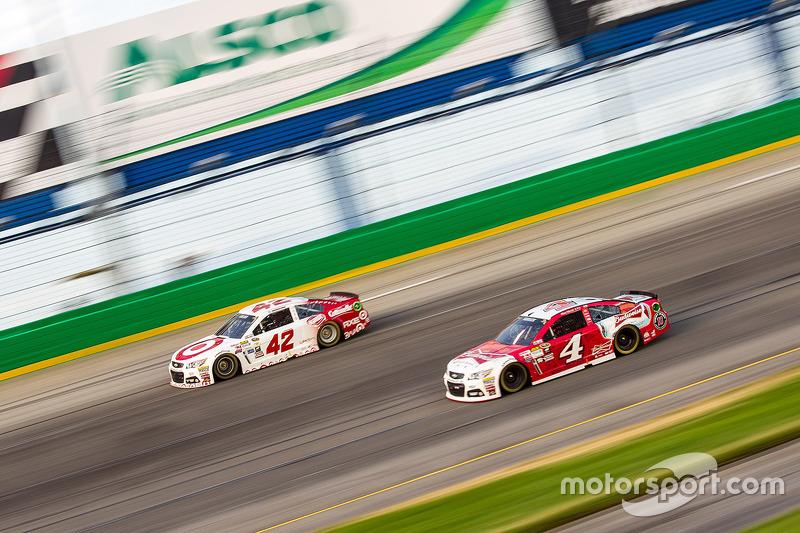 Kyle Larson, Chip Ganassi Racing Chevrolet, dan Kevin Harvick, Stewart-Haas Racing Chevrolet
