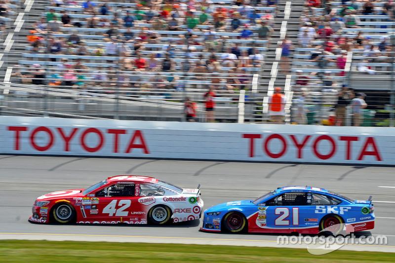 Kyle Larson, Chip Ganassi Racing Chevrolet, dan Ryan Blaney, Woods Brothers Racing Ford