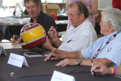 Rick Knoop, David Hobbs e Brian Redman durante la sessione di autografi dei piloti the Can Am