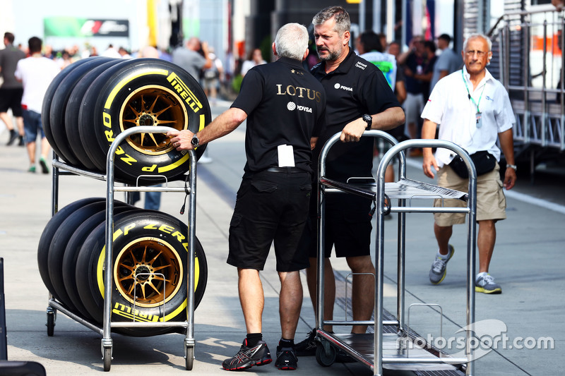 Lotus F1 Team mechanics bersama Pirelli tyres