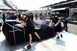 Der Sahara Force India F1 VJM08 von Sergio Perez, zugedeckt in der Box