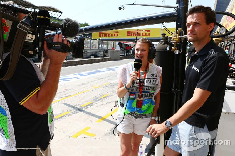 (Kiri ke Kanan): Jennie Gow, Reporter Pit Lane BBC Radio 5 Live dengan Jolyon Palmer, Lotus F1 Team Test dan Reserve Driver