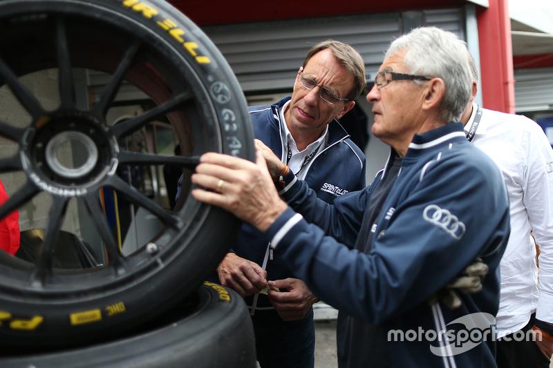 Memeriksan ban Pirelli