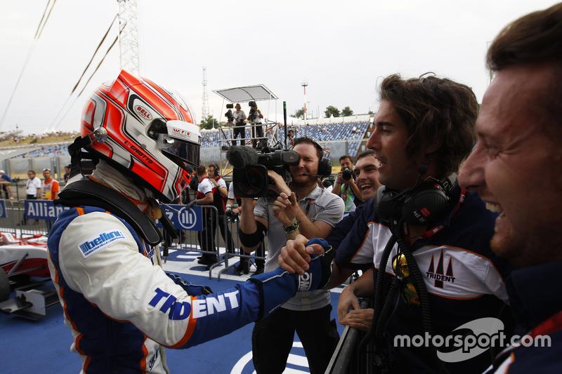 Juara balapan Luca Ghiotto, Trident merayakans his win di parc ferme bersama his team