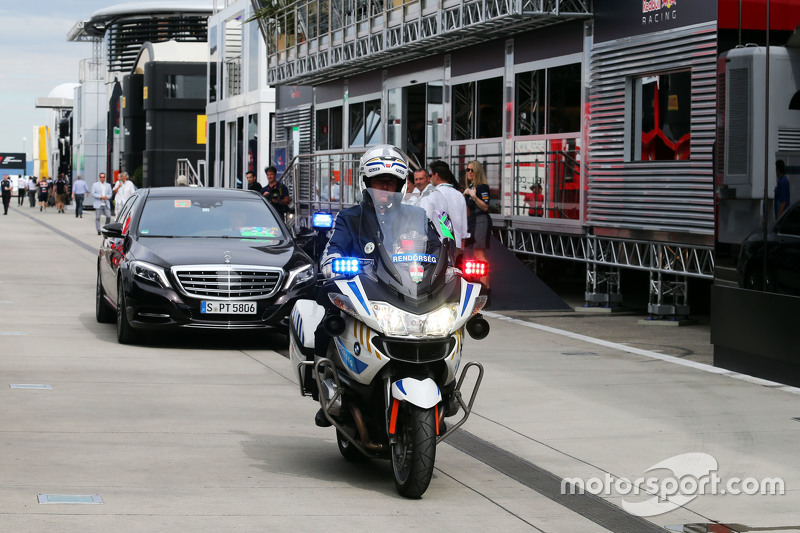 Bernie Ecclestone, tiba di paddock