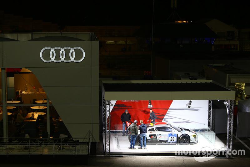 Papan iklan Audi di malam hari