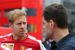 (Kiri ke Kanan): Sebastian Vettel, Ferrari dengan Guillaume Rocquelin, Red Bull Racing Head of Race Engineering