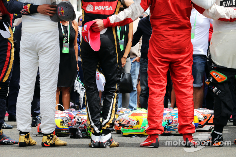drivers observe tribute to Jules Bianchi on grid