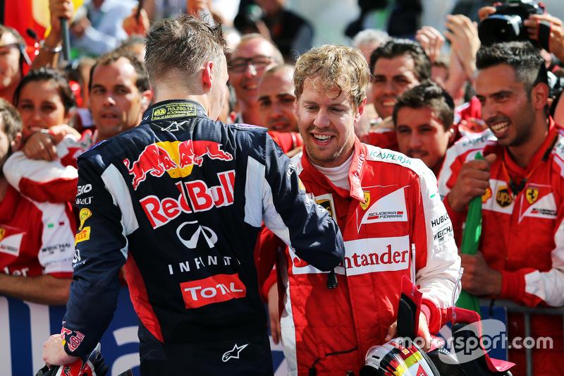 (Kiri ke Kanan): Daniil Kvyat, Red Bull Racing merayakan dengan juara balapan Sebastian Vettel, Ferr