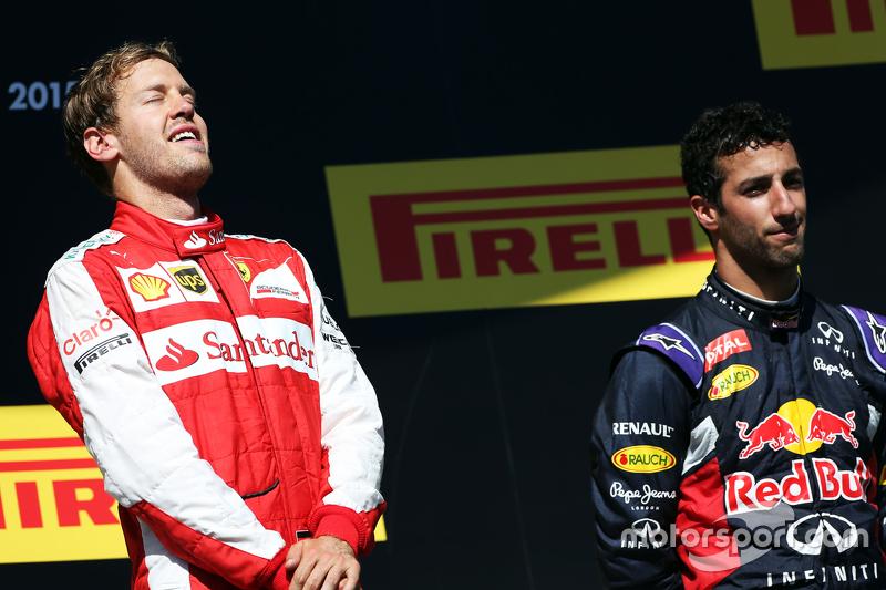 Juara balapan Sebastian Vettel, Ferrari merayakan di podium bersama Daniel Ricciardo, Red Bull Racing