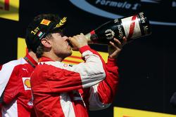 Juara balapan Sebastian Vettel, Ferrari merayakan di podium