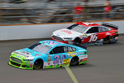 Ryan Blaney, Woods Brothers Racing Ford and Greg Biffle, Roush Fenway Racing Ford