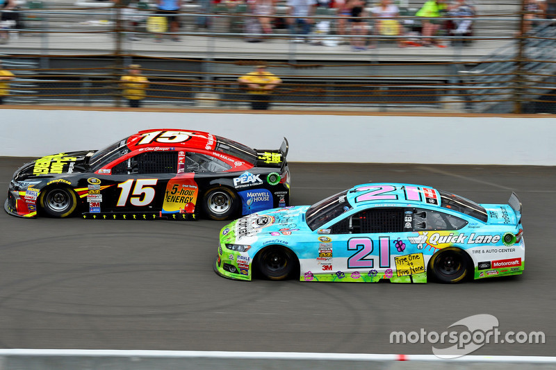 Clint Bowyer, Michael Waltrip Racing Toyota dan Ryan Blaney, Woods Brothers Racing Ford