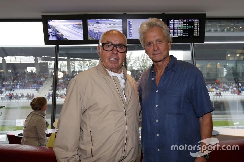 Michael Douglas bersama Hans werner Aufrecht,  founder of AMG Engine Production, dan Development