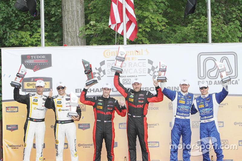 P class podium: winners #31 Action Express Racing Corvette DP: Eric Curran, Dane Cameron, peringkat
