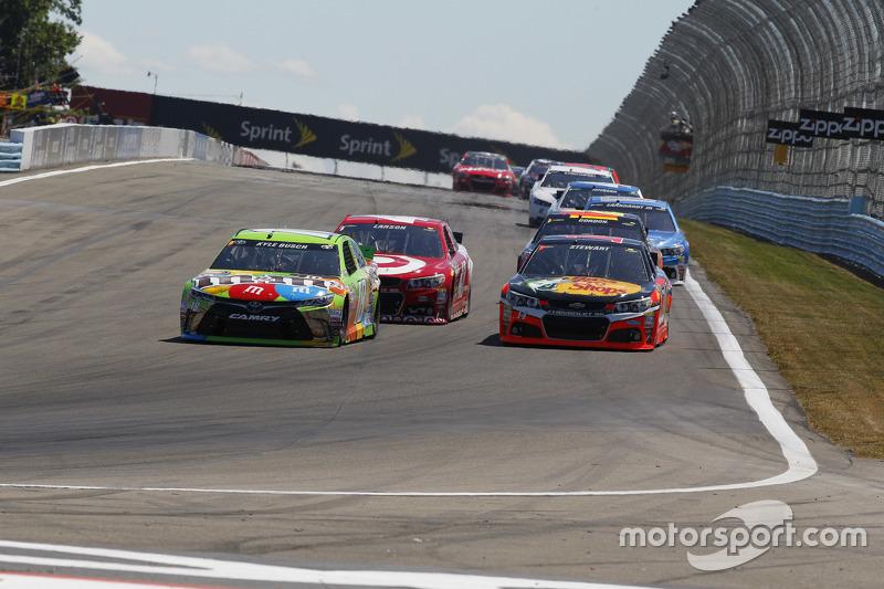 Kyle Busch, Joe Gibbs Racing Toyota, dan Tony Stewart, Stewart-Haas Racing Chevrolet, dan Kyle Larson, Chip Ganassi Racing Chevrolet