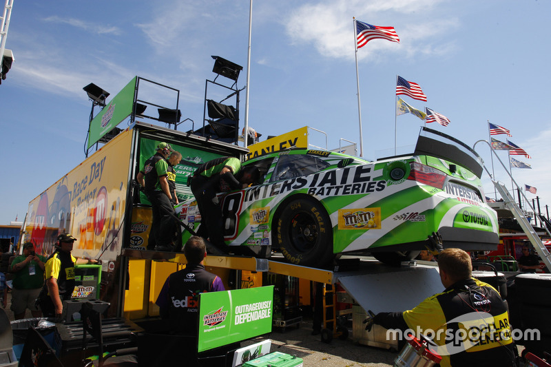 backup mobil dari Kyle Busch, Joe Gibbs Racing Toyota is pulled from hauler