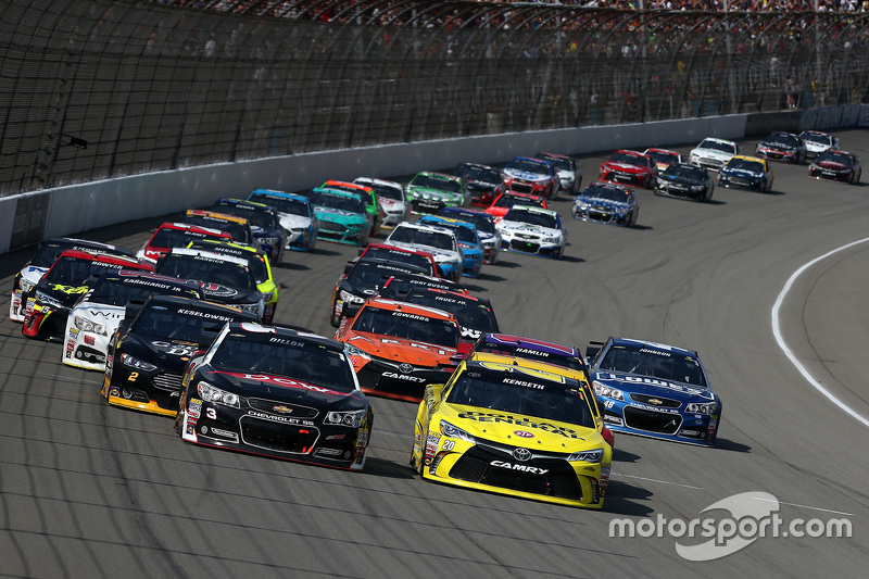 Restart: Austin Dillon, Richard Childress Racing Chevrolet and Matt Kenseth, Joe Gibbs Racing Toyota