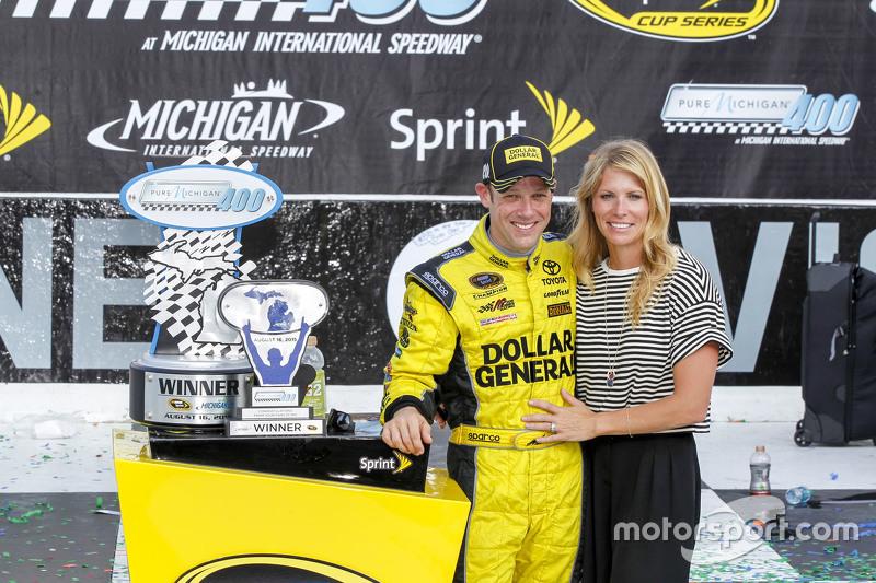 Race winner Matt Kenseth, Joe Gibbs Racing Toyota with wife Katie Martin