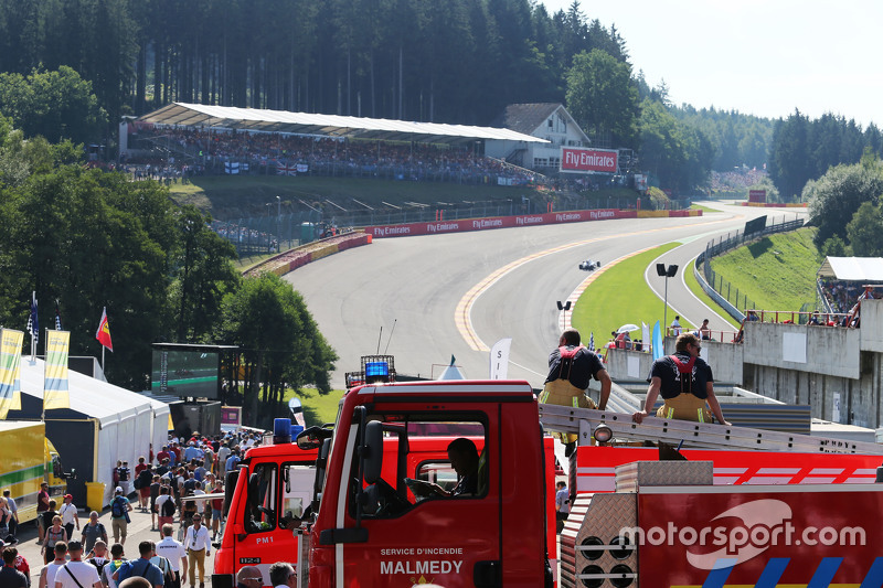 Two firemen watch the action at Eau Rouge  22.08.2015. Formula 1 World Championship, Rd 11, Belgian Grand Prix, Spa Francorchamps, Belgium, Qualifying Day.  - www.xpbimages.com, EMail: requests@xpbimages.com - copy of publication required for printed pictures. Every used picture is fee-liable. © Copyright: Moy / XPB Images