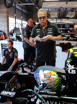 Dr. Vijay Mallya, Sahara Force India F1 Team Owner photographs Sergio Perez, Sahara Force India F1 VJM09