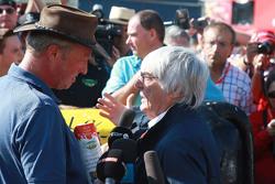 Bernie Ecclestone, bertemu dengan petani Belgia yang protes dengan seekor sapinya dalam kampanye unt