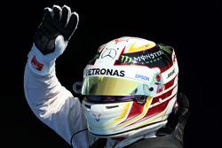 Льюис Хэмилтон, Mercedes AMG F1 празднует поул-позицию в закрытом парке