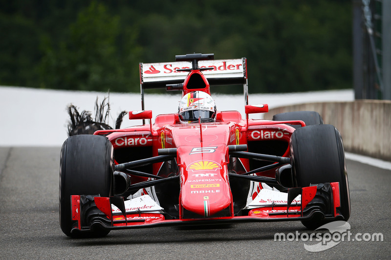 Sebastian Vettel, Ferrari SF15-T heads to the pit late di race bersama a puncture