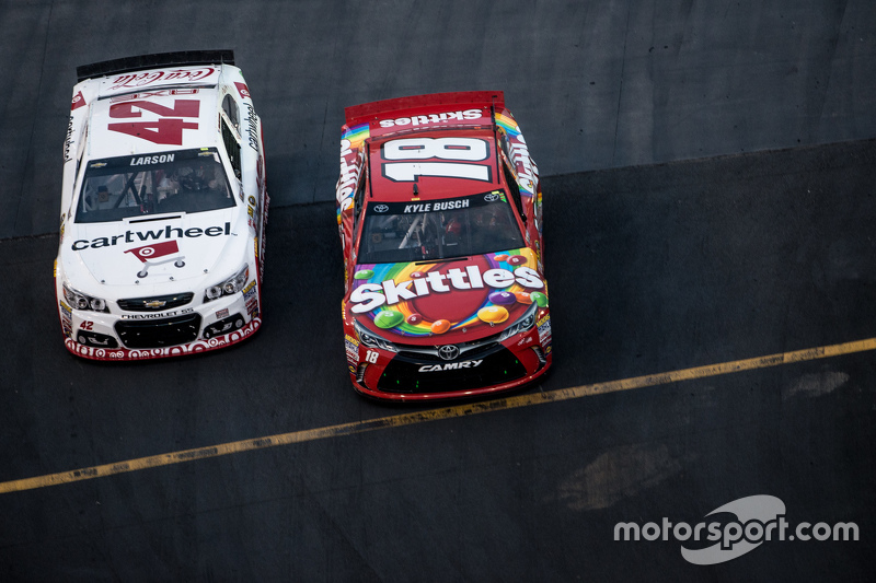 Kyle Larson, Chip Ganassi Racing Chevrolet and Kyle Busch, Joe Gibbs Racing Toyota