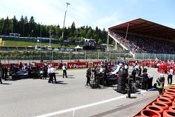 Jenson Button, McLaren MP4-30 en Fernando Alonso, McLaren MP4-30 op de startgrid