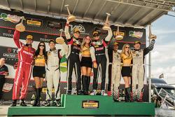 Podio: ganadores de carreras # 17 RS1 Porsche Cayman: Spencer Pumpelly, Luis Rodríguez Jr., el segundo puesto # 56 Murillo Racing Porsche Cayman: Jeff Mosing, Eric Foss y tercer puesto # 34 Alara Racing Mazda MX-5: Cristiano Szymczak, Justin Piscitell