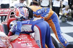 Tony Kanaan, Chip Ganassi Racing Chevrolet y Charlie Kimball, Chip Ganassi Racing Chevrolet felicita