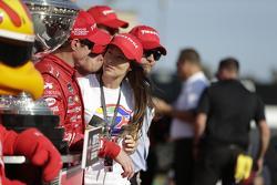 El campeón y ganador de la carrera, Scott Dixon, Chip Ganassi Racing Chevrolet, con su esposa Emma
