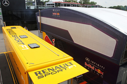 Renault Sport F1 en Red Bull Racing trucks in de paddock